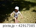 夏の小川で遊ぶ3歳児 42917385