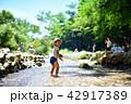 夏の小川で遊ぶ3歳児 42917389
