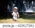 夏の小川で遊ぶ3歳児 42917391