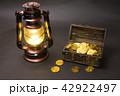 黒バックのランタンと宝箱のゴールドコイン 42922497