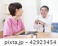 介護保険認定調査を受けるシニア男性  42923454