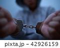 手錠 逮捕 (犯罪 違法 犯人 悪人 容疑者 事件 犯罪者 不審者 侵入 泥棒 顔なし 凶悪犯) 42926159
