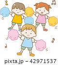 ダンスをする園児 42971537