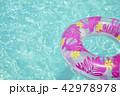 プールと浮き輪 インスタ映え 42978978