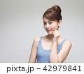 ビューティイメージ 頬に手を添える女性 42979841