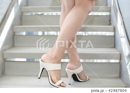 ハイヒールサンダルを履いた女性の脚 42987604
