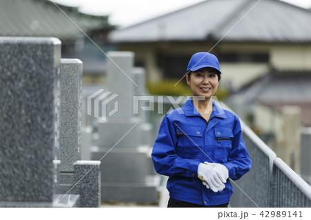 お墓掃除をする作業服の女性 42989141