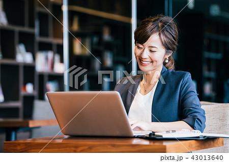 ビジネス 女性 若い 43013640