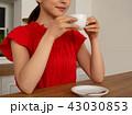 飲み物を飲む若い女性 43030853