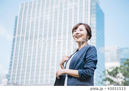 ジャケットスタイルの女性 ビル 43031513