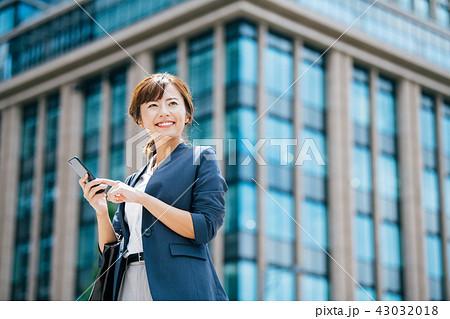 ビジネスシーン ビル 若い女性 43032018