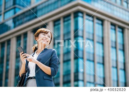 ビジネスシーン ビル 若い女性 43032020