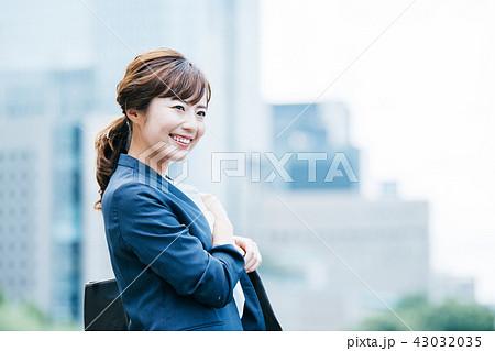 ビジネスシーン ビル 若い女性 43032035