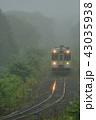 霧の中走る列車 43035938