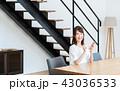 スマホ スマートフォン 女性の写真 43036533