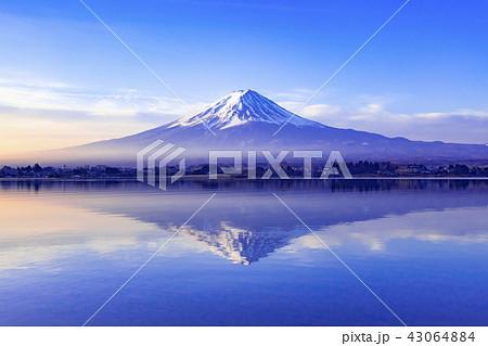 夜明けの富士山、山梨県河口湖にて 43064884