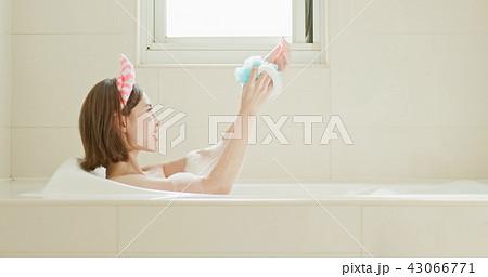 woman wash body in bathtub 43066771