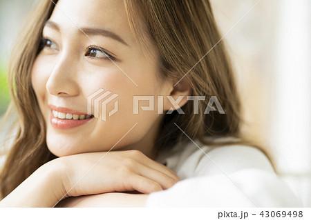 リラックス ライフスタイル 女性イメージ 43069498