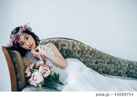 ウェディングドレスの女性 ブライダルイメージ   43069754