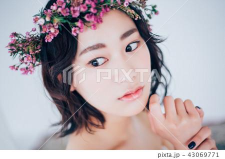 ウェディングドレスの女性 ブライダルイメージ   43069771