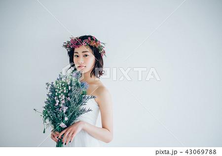 ウェディングドレスの女性 ブライダルイメージ   43069788