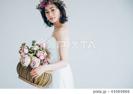 ウェディングドレスの女性 ブライダルイメージ   43069866