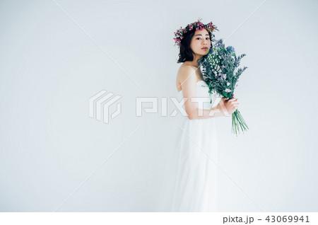 ウェディングドレスの女性 ブライダルイメージ   43069941