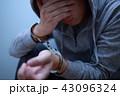 手錠 逮捕 (犯罪 違法 犯人 悪人 容疑者 事件 犯罪者 不審者 侵入 泥棒 顔なし 凶悪犯) 43096324