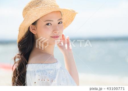 麦わら帽子の若い女性 ビーチリゾート 43100771