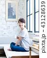 コーヒー 女性 ソファの写真 43128639