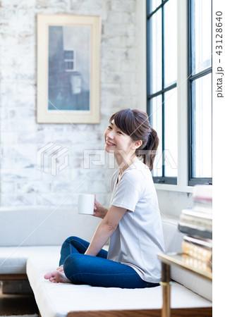 若い女性(コーヒー) 43128640