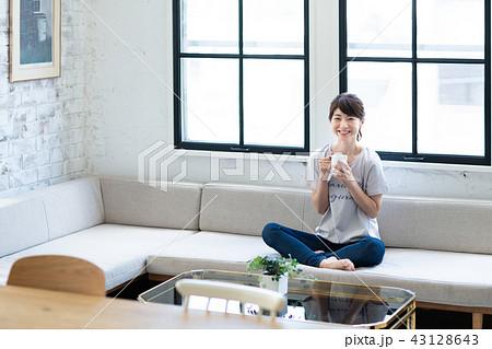 若い女性(コーヒー) 43128643