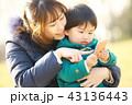 スマートフォン 親子 母親の写真 43136443