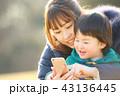 スマートフォン 親子 母親の写真 43136445