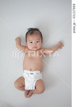 布おむつを着けた赤ちゃん 43137968