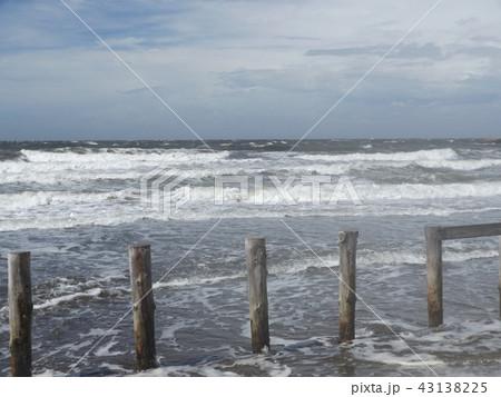 青空と白い雲と稲毛海岸の白い波 43138225