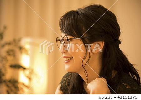 夜のリビングの女性 43151375