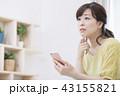 スマートフォンを操作する女性 43155821