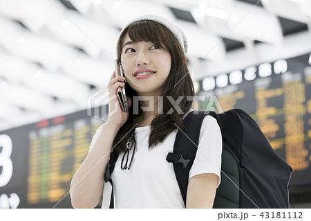 空港内で通話をするバックパッカー女性 43181112