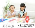 七夕飾りを作る女の子と男の子 43187857