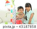 七夕飾りを作る女の子と男の子 43187858