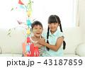 七夕飾りを作る女の子と男の子 43187859