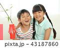 七夕飾りを作る女の子と男の子 43187860