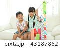 七夕飾りを作る女の子と男の子 43187862