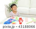 七夕飾りを作る男の子 43188066
