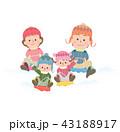 家族で雪そり遊び 43188917