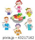 鍋を囲んで食事をす家族 43217162