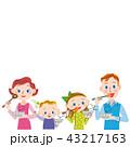 食事をする家族 43217163