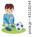 サッカー少年_スパイクを履く 43218244