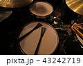 ジャズクラブのドラムセット 43242719